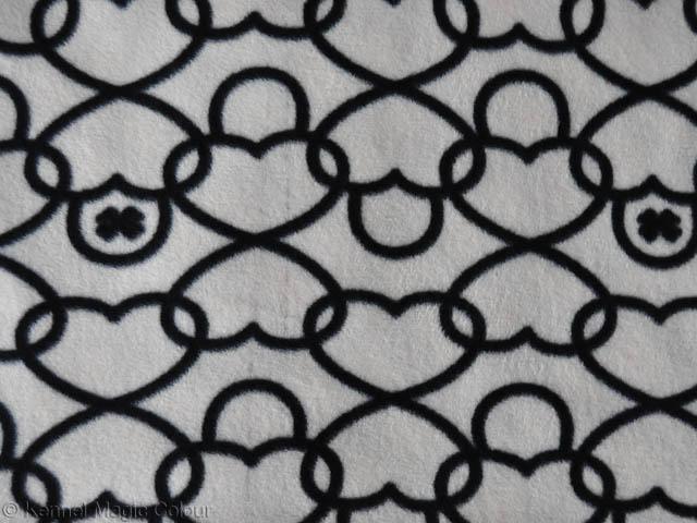 Fleece - vit med svarta hjärten